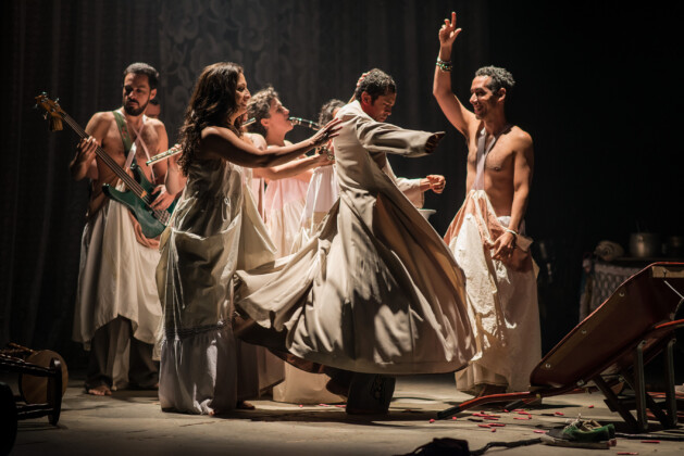 Foto horizontal, colorida. Cena de peça da Cia. do Tijolo, parte da programação da PAULISTA CULTURAL