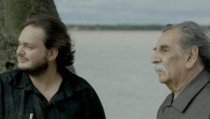 """Cinema Online: Yamandu Costa e o guitarrista argentino Lúcio Yanel em """"Dois Tempos"""" (2021), de Pablo Francischelli. Foto: Divulgação."""