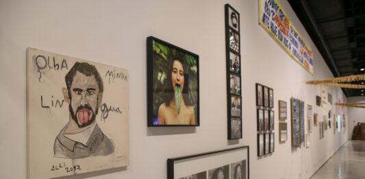 """Museu da Língua Portuguesa: Visão geral da exposição """"Língua Solta"""", em primeiro plano """"Olha minha língua"""", de Alex dos Santos. Foto: Ciete Silverio / Divulgação."""