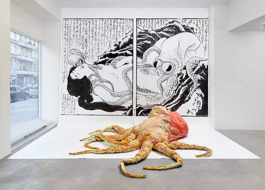 """Monster Chetwynd, """"Hokusai's Octapai"""", 2004, instalação na galeria Tanya Leighton, como parte do Galleries Curate"""
