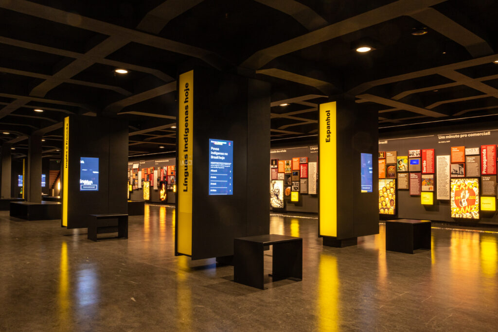 """No Museu da Língua Portuguesa: As instalações """"Palavras Cruzadas"""", em primeiro plano, e """"O português do Brasil"""", ao fundo. Foto: Joca Duarte / Divulgação."""