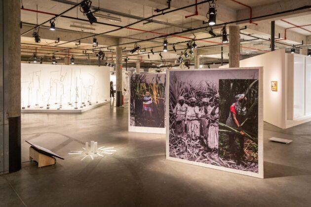 Vista da exposição O RIO É UMA SERPENTE, da 3a Frestas - Trienal de Artes no Sesc Sorocaba, com instalação de Gê Viana em primeiro plano. Foto: Matheus Jose Maria
