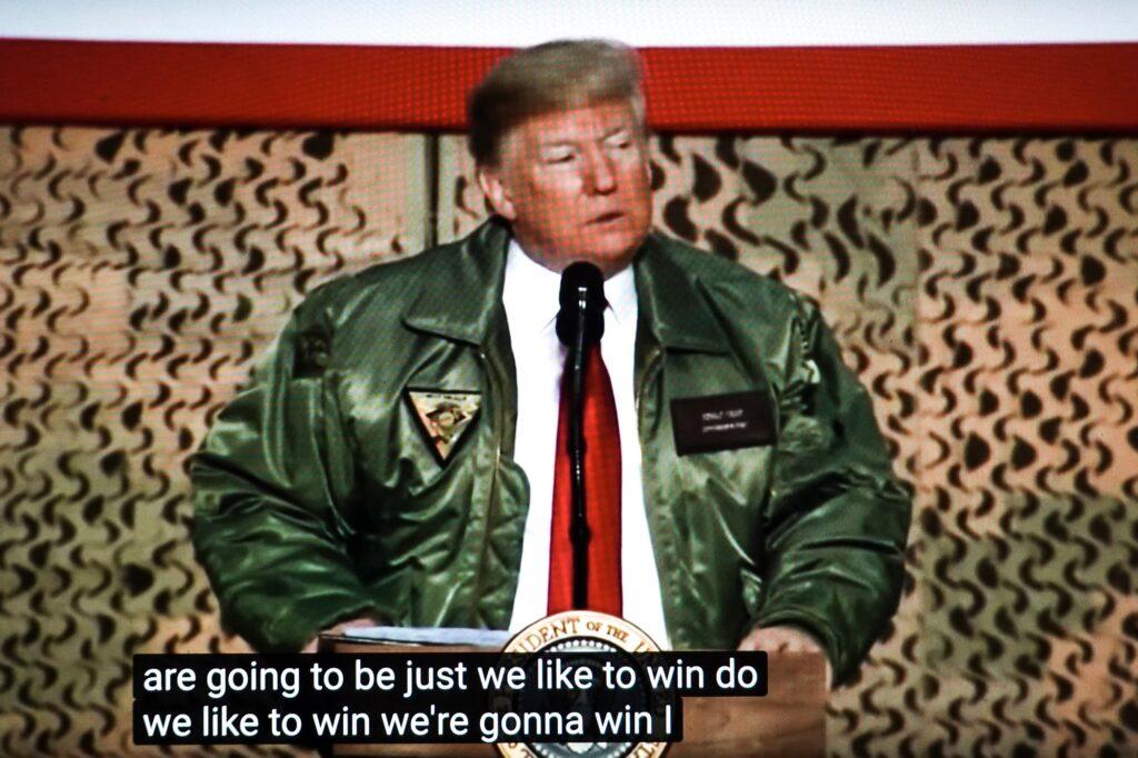 Presidente Donald Trump em sua primeira visita ao Iraque.   Crédito: Peter van Agtmael/Magnum Photos. Cortesia do fotógrafo.