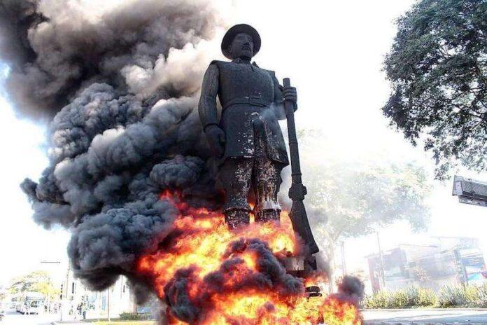 Monumentos: Estátua do Borba Gato pegando fogo. Imagem: reprodução das redes sociais.
