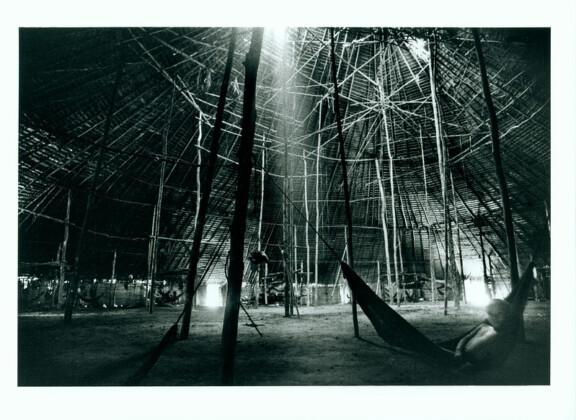 Fotografia da série A FLORESTA, de Claudia Andujar, mostra interior de uma oca Yanomami. A obra faz parte da exposição ZONA DA MATA no MAC USP