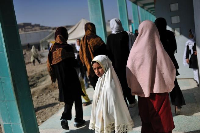"""""""Colegiais em Kandahar, Afeganistão, 7 de fevereiro de 2009. Em novembro anterior, 16 garotas haviam sido pulverizadas com ácido por simpatizantes do Talibã enquanto caminhavam para a escola. A maioria voltou a comparecer, apesar das constantes ameaças à sua segurança"""", Lynsey Addario. Foto: Publicado originalmente no The Atlantic. Crédito inteiramente reservado à fotógrafa e ao The Atlantic."""