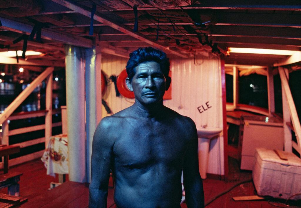 """Barqueiro azul em Manaus"", 1992. Foto: Luiz Braga. Cortesia Instituto Tomie Ohtake."