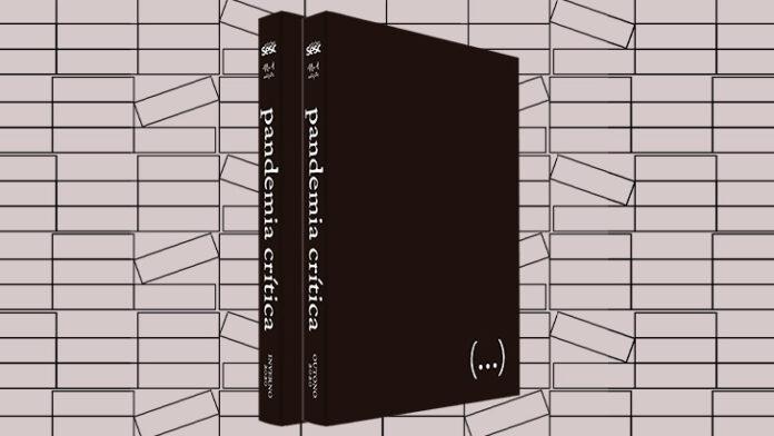 Foto horizontal, colorida. Ao centro, os dois volumes de PANDEMIA CRÍTICA. Os livros estão em pé, lado a lado e levemente na diagonal. Tem capas pretas, na lombada lê-se o título em letras cinza. Ao fundo, uma estampa em preto e branco geométrica, meramente ilustrativa.