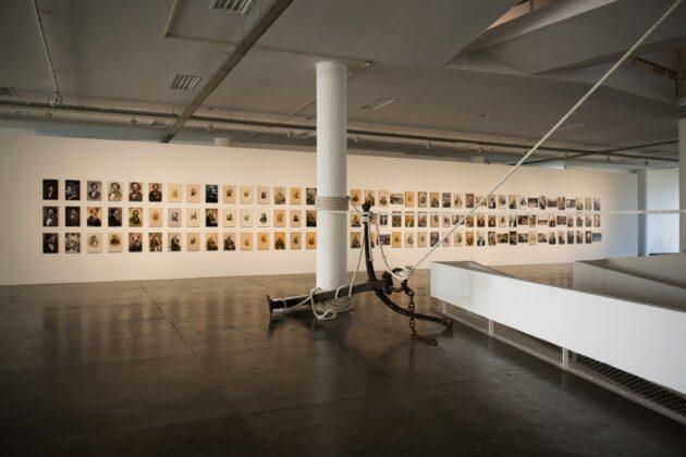 Obra de Arjan Martins, à frente, com as fotos de Frederick Douglass ao fundo. Foto: © Levi Fanan / Fundação Bienal de São Paulo