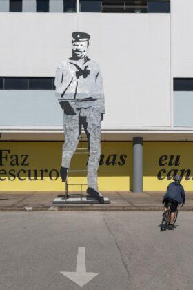 """Tótem-escultura representando João Cândido, o Almirante Negro; uma das nove figuras homenageadas em """"Corte Seco"""", de Paulo Nazareth. Foto: © Levi Fanan"""
