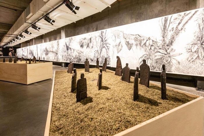 """Vista da exposição com """"Cerimonial matrilinear"""""""